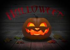 Illustration 3d eines Kürbises mit einer Kerze auf Halloween auf einem hölzernen Hintergrund stock abbildung