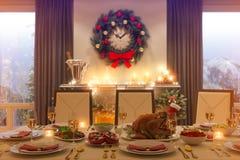 Illustration 3d eines WeihnachtsfamilienAbendtisches und des Kamins stock abbildung