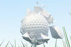 Illustration 3D Golfball-Streuungen zu den Stücken nachdem ein starker Schlag und ein Ball im Gras, Abschluss herauf Ansicht über Stockfotografie