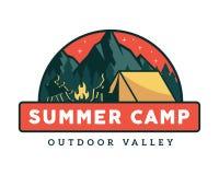 Illustration d'insigne d'emblème d'activités de camping de colonie de vacances de faune de vintage illustration stock