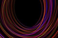 illustration 3D Lignes abstraites de la peinture légère de couleurs rougeâtres sur le fond noir illustration stock