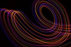 illustration 3D Lignes abstraites de la peinture l?g?re de couleurs rouge?tres sur le fond noir illustration de vecteur