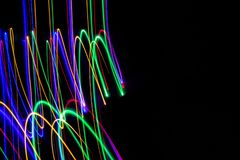 illustration 3D Mod?les abstraits des lumi?res sur le fond noir Lignes de couleurs, courses lumineuses photos stock