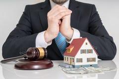 illustration 3d på vit bakgrund Advokat med auktionsklubba- och husmodellen Arkivfoto