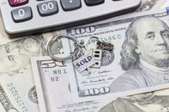 illustration 3d på vit bakgrund Den nyckel- cirkeln ligger på pengarna fotografering för bildbyråer