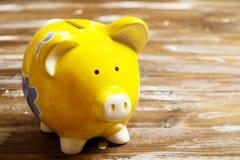 illustration 3d på vit bakgrund Spargris och pengar på mörk wood bakgrund Royaltyfria Foton
