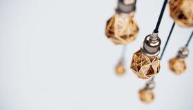 Illustration 3d peu commune de basses poly ampoules stylis?es accrochantes avec le fil d'or poires d'isolement vertes conceptuell illustration libre de droits