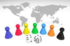 Illustration 3d: Sieben farbige Plastikbrettspielstücke mit Reflexion und zwei Würfel mit schwarzen Flecken auf der Weltkarte lok Stockfotos