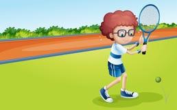 Un garçon tenant une raquette Photos stock