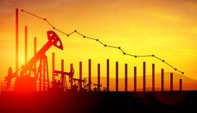 Illustration 3d von Ölpumpensteckfassungen auf Sonnenunterganghimmelhintergrund mit Finanzanalytik Konzept von fallenden Ölpreise Lizenzfreies Stockbild