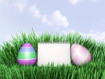 Illustration 3D von Ostereiern, die im frischen grünen Gras sich verstecken Lizenzfreies Stockfoto