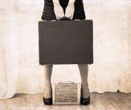 Illustration dans le style de vintage, sac lourd de holdind de femme Photographie stock