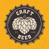 Illustration de chapeau de bouteille à bière de métier avec des houblon Images stock