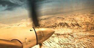 Illustration de cru - mouche d'avion au-dessus des montagnes Photographie stock
