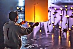 Illustration de l'homme avec la lanterne de papier de ciel faisant le souhait et le voeu pendant le festival de Loy Krathong en T photos libres de droits