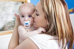 Illustration de mère heureuse avec la chéri adorable photo stock
