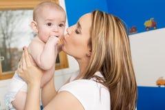 Illustration de mère heureuse avec la chéri adorable photo libre de droits