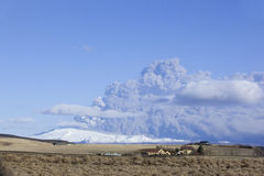 Illustration de Panoram d'éruption de volcan en Islande Image stock