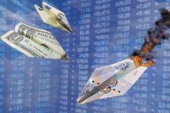 Illustration de taux de change Le rouble fort de coups de taux du dollar et d'euro comme un avion de papier de guerre frappe des  image libre de droits