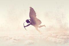 Illustration der Amorskulptur zielend mit dem Pfeil auf dem Himmel, gemaltes Aquarelldesign Stockfotos