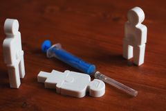 Illustration der Drogensucht der Leute, Plastikleute mit einer Spritze stockfotografie