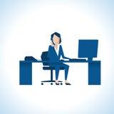 Illustration der Geschäftsfrau On Phone Sitting am Schreibtisch an Lizenzfreies Stockbild