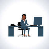 Illustration der Geschäftsfrau On Phone Sitting am Schreibtisch an Stockfotografie