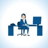 Illustration der Geschäftsfrau Sitting At Desk, das Computer verwendet Stockfotografie