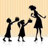 Kinder, die der Mutter Geschenk geben Stockfotos