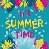 Illustration des Ferienhintergrundes mit buntem tropischem und Palmblättern Stockbilder