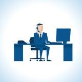 Illustration des Geschäftsmannes On Phone Sitting am Schreibtisch an Lizenzfreie Stockfotos