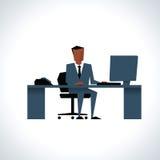 Illustration des Geschäftsmannes Sitting At Desk, das Computer verwendet Lizenzfreie Stockbilder