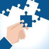 Illustration des Geschäftsmannes With Last Piece des Puzzlen Lizenzfreie Stockfotografie