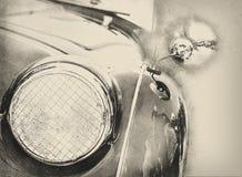 Illustration des glänzenden Weinleseautos, Detailansicht des Scheinwerfers Stockfotografie