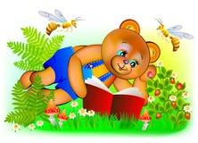 Illustration des glücklichen Teddybären ein Buch lesend Lizenzfreie Stockfotos