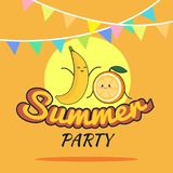Illustration des Sommerfestplakat-Karikaturdesigns mit netter Banane und orange Charakteren, die Postkarte der Kinder, roher Part Stockbilder