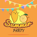 Illustration des Sommerfestplakat-Karikaturdesigns mit netter Mango und orange Charakteren, die Postkarte der Kinder, gesunder Le Stockfoto