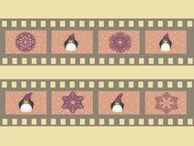 Illustration eines Filmstreifens mit Weihnachtssymbolattributen und -Pinguinen Lizenzfreie Stockfotos
