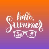 Illustration för Hello sommarvektor Handen som märker den inspirerande det typografiaffischen eller banret med solglasögon och, g vektor illustrationer