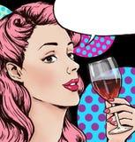 Illustration för popkonst av kvinnan med exponeringsglaset av vin med anförandebubblan Flicka för popkonst Etikett för tetidtappn Arkivfoto