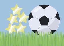 Illustration mit blauem Himmel des hellgrünen Grasfußballplatzes und umfangreichem einfachem Schwarzweiss-Fußball mit Glanz und S stock abbildung