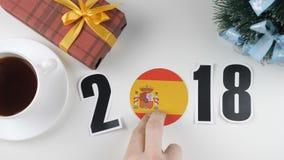Illustration nytt år, pålagd manlig hand tabellen en Spanien flagga, cauntry boll, 2018 royaltyfri illustrationer