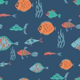 Illustration sans couture de modèle avec différents poissons colorés sur le fond bleu-foncé Image stock