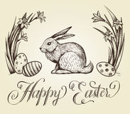 Illustration tirée par la main de carte de vintage de Pâques Le lettrage heureux de Pâques avec le lapin, les oeufs de fête et le Photo libre de droits