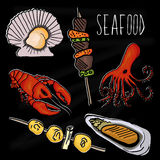 Illustration tirée par la main de la collection de fruits de mer Le tableau noir de vieille école avec l'espèce marine colorée co illustration stock