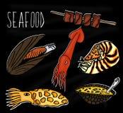 Illustration tirée par la main de la collection de fruits de mer Le tableau noir de vieille école avec les habitants marins color illustration libre de droits