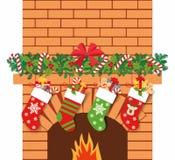 Illustration von Weihnachtssocken mit Geschenken auf dem Hintergrund des Kamins Weihnachtshintergrund mit Geschenken Lizenzfreie Stockfotos