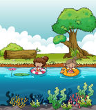 Zwei Mädchen in dem Fluss Stockbilder