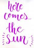 Illustrationbegreppet med ordet HÄR KOMMER THE SUN Arkivfoto