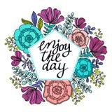 Illustrationen av kransen med sidor och bär och tycker om dagmeddelandet på pastellfärgad bakgrund Semestrar kransar som är blom- Royaltyfria Foton